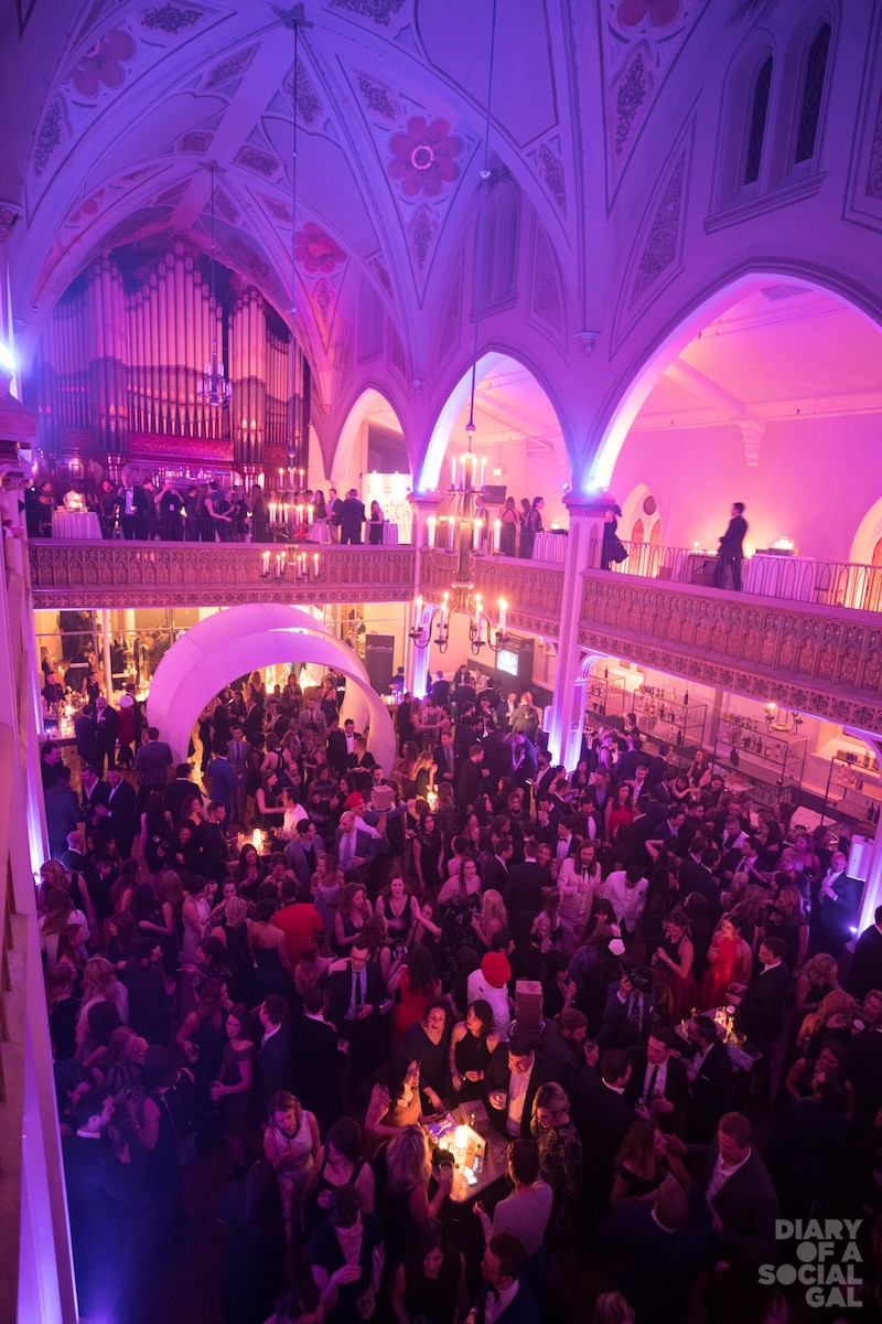 ONE HAWT BALL.: 10000 plus young revelers enjoy the magic of a great night.