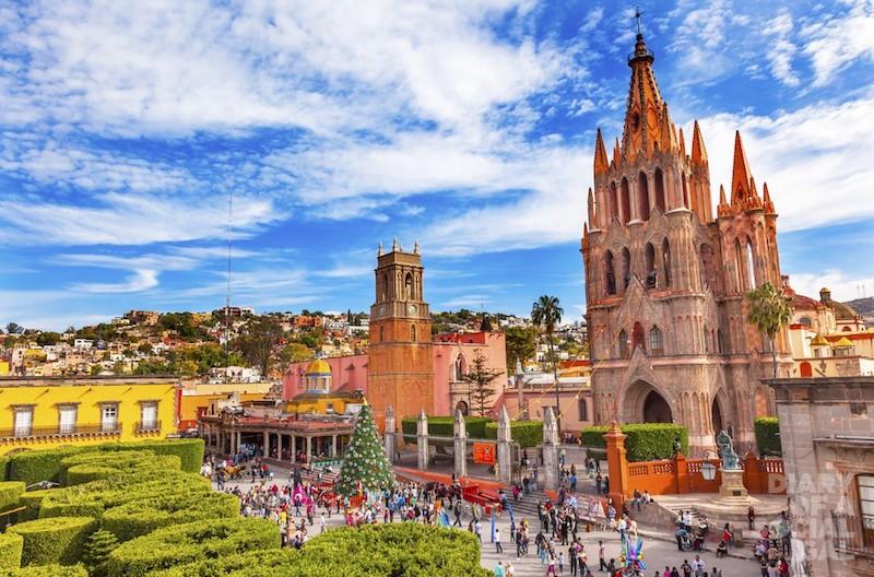 Parroquia-Archangel-church-Jardin-Town-Square-Rafael-Chruch-San-Miguel-de-Allende-1000x660